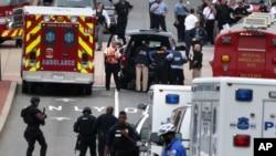 16일 미국 수도 워싱턴의 해군시설에서 총격 사건이 발생한 가운데, 경찰과 구조요원들이 출동했다.