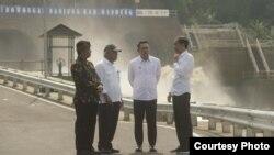 Presiden Joko Widodo, Gubernur Jabar Ridwan Kamil, Menteri PUPR Basuki Hadimuljono, dan Bupati Bandung Dadang Nasser di lokasi Terowongan Nanjung, Rabu (29/1) pagi. (Courtesy: Pemprov Jabar)