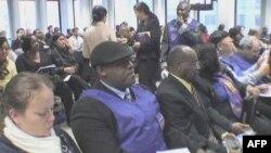 海地人在纽约联邦办公地点听取临时特赦信息