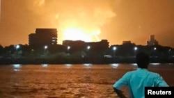 13일 인도 뭄바이항에서 정박해있던 잠수함이 폭발하면서 불길이 치솟았다.