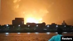 Những người mục kích cho biết một quả cầu lửa lớn làm sáng rực bầu trời bến cảng Mumbai. Hơn 10 chiếc xe chữa lửa đã được điều tới để dập tắt đám cháy.