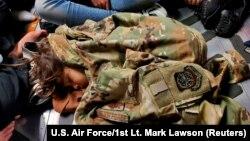 កុមារអាហ្វហ្គានីស្ថានគេងលើយន្តហោះ Air Force C-17 Globemaster III របស់អាមេរិក ពេលជម្លៀសខ្លួនពីទីក្រុងកាប៊ុល កាលពីថ្ងៃទី១៨ ខែសីហា ឆ្នាំ២០២១។ (U.S. Air Force/1st Lt. Mark Lawson/Handout via REUTERS)