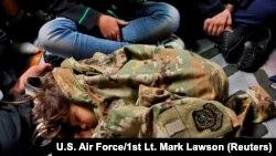 Фото, Афганська дитина на борту американського літака, 18 серпня 2021 року