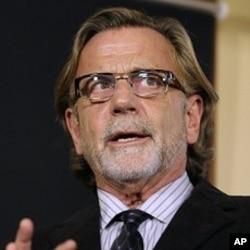 代表被控枪杀阿富汗平民的美国士官的美国律师布朗在西雅图与记者谈话(3月15日)