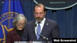 美国卫生部长阿扎尔与疾控中心首席副主任舒卡特等官员就新冠病毒疫情举行记者会。(2020年2月25日)