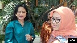 Istri pasangan capres-cawapres terpilih Jokowi-Jusuf Kalla, Iriana Jokowi dan Mufidah Kalla kompak belanja batik di Solo, 11 September 2014 (Foto: VOA/Yudha)