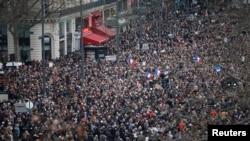 Ratusan ribu orang memadati jalanan kota Paris, mengikuti pawai sebagai bentuk solidaritas terhadap rakyat Perancis setelah aksi teror melanda di kota tersebut minggu ini (11/1).