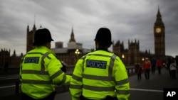 Para polisi berpatroli di Jembatan Westminster dengan Gedung Parlemen di latar belakang, di London, Inggris, 8 Juni 2017.