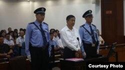薄熙來出庭受审 自2012年3月被关以来首次公开露面 (來源﹕济南中院官方微薄)