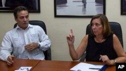 Josefina Vidal, direktur Urusan Amerika Utara di Kementerian Luar Negeri Kuba bersama wakilnya, Gustavo Machin (kiri) saat memberikan keterangan kepada pers di Havana, Kuba (16/12).