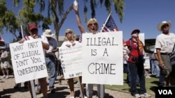 Miles de personas en Arizona salieron a las calles de las principales ciudades a protestar en contra o a favor de la ley migratoria SB 1070.