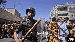 Cảnh sát chống bạo động Yemen tại một cuộc biểu tình đòi Tổng thống Ali Abdullah Saleh từ chức, Sana'a, 18/2/2011