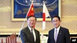 Ủy viên Quốc vụ viện Trung Quốc Dương Khiết Trì (trái) và Bộ trưởng Ngoại giao Nhật Bản Fumio Kishida bắt tay trước cuộc hội đàm tại nhà khách Iikura ở Tokyo, ngày 30 tháng 5, 2017.