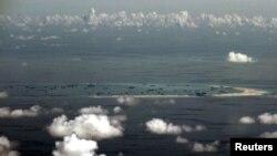 Foto udara dari pesawat militer Filipina menunjukkan reklamasi wilayah yang diduga dialkukan oleh China di Kepulauan Spratly di Laut Cina Selatan, sebelah barat Palawan, Filipina (Foto: dok).