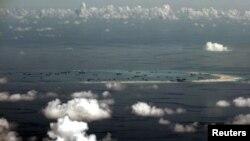 지난 5월 필리핀 군용기가 남중국해 상공에서 중국이 매립한 인공섬을 촬영했다. (자료사진)
