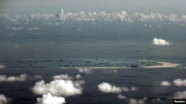 Foto tomada desde un avión militar filipino muestra la presenta toma de tierras por parte de China en un arrecife de las islas Spratly en el Mar de China Meridional.