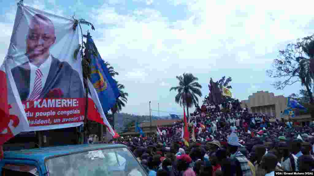 Des manifestants se sont massés devant une tribune improvisée sur un véhicule marqué à l'effigie de l'opposant Vital Kamerhe, à Bukavu, Sud-Kivu,le 26 mai 2016. VOA/Ernest Muhero
