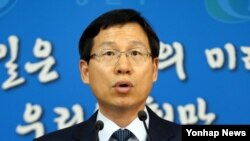 한국 통일부 김의도 대변인이 1일 서울청사 에서 대변인 명의 성명을 발표하고 있다. 김 대변인은 성명을 통해 을지프리덤가디언(UFG) 훈련 취소를 포함한 모든 군사적 적대행위 중단을 요구한 북한의 전날 '특별제안'을 사실상 거부하면서 핵문제 해결에 대한 진정성을 보일 것을 북한에 촉구했다.