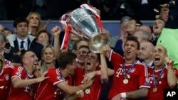 Para pemain Bayern Munich merayakan kemenangan sebagai juara Liga Champions 2013 dengan mengalahkan klub Bundesliga lainnya, Borussia Dortmund di stadion Wembley, London dengan skor 2-1 (25/5).