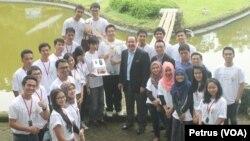 Konsul Jenderal Amerika Serikat di Surabaya Joaquin F. Monserrate bersama mahasiswa ASEAN peserta Camp Project bidang energi di Trawas, Mojokerto (Foto: VOA/Petrus)