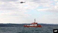 Perahu penjaga pantai Turki dan helikopter melakukan pencarian korban tenggelamnya kapal pengangkut migran dekat Selat Bosphorus, di perairan lepas pantai Istanbul, Turki, 3 November 2014 (Foto: dok).