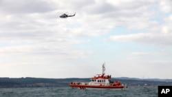 3일 터키 이스탄불의 보스포러스 해협 북부 해상에서 해얀경비선과 헬리콥터가 전복한 난민선의 생존자를 수색하고 있다.