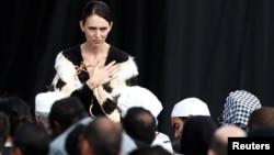 ນາຍົກລັດຖະມົນຕີນິວຊີແລນ ທ່ານນາງ Jacinda Arden ສະແດງຄວາມເສົ້າສະຫລົດໃຈ ຕໍ່ພວກເຄາະຮ້າຍ ໃນວັນລະລຶກແຫ່ງຊາດ ທີ່ວັດ Hagley Park ໃນນະຄອນ Christchurch ປະເທດນິວຊີແລນ, 29 ມີນາ 2019.