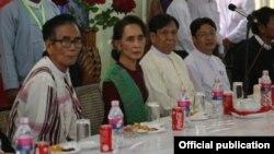 ေဒၚေအာင္ဆန္းစုၾကည္ႏွင့္တိုင္းရင္းသားကိုယ္စားလွယ္မ်ားေတြ ့ဆုံ (Photo-NLD Chairperson)