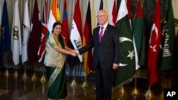 پاکستانی مشیر خارجہ اور بھارتی وزیر خارجہ (فائل فوٹو)