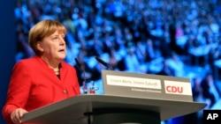 អធិការបតីអាល្លឺម៉ង់ លោកស្រី Angela Merkel និងជាប្រធានគណបក្ស CDU ថ្លែងក្នុងសន្និសីទគណបក្សនៅរដ្ឋសហព័ន្ធ Essen កាលពីថ្ងៃទី៦ ខែធ្នូ។