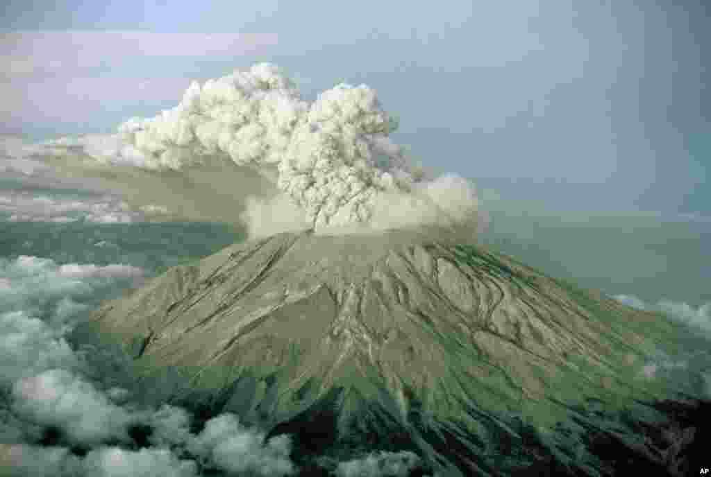 امروز در تاریخ: سال ۱۹۸۰ - فوران آتشفشان کوه سنت هلن در ایالت واشنگتن در آمریکا.