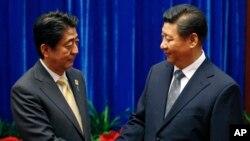 中國國家主席習近平(右)和日本首相安培晉三(左)去年在亞太經合組織會議上握手。