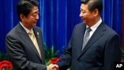 10일 중국 베이징의 인민대회당에서 아베 신조 일본 총리(왼쪽)와 시진핑 중국 국가주석이 만나 악수하고 있다.