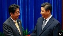 日本首相安倍与中国国家主席习近平(右)