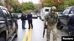 Anggota polisi satuan SWAT dan petugas reaksi cepat lainnya tiba di sinagoga Tree of Life di Pittsburgh setelah seorang pria bersenjata melepaskan tembakan di sinagoga di Pittsburgh, Pennsylvania, 27 Oktober 2018.