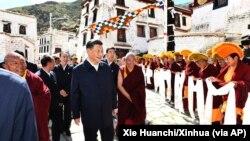 中國領導人習近平參觀位於西藏拉薩西郊的哲蚌寺。(2021年7月22日)
