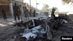 2月21日索马里政府军人在总统府外的袭击现场巡逻