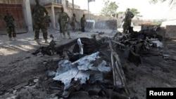 索馬里總統府遇襲後﹐軍人在現場調查。