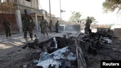 Petugas keamanan Somalia mengamankan lokasi bom bunuh diri di dekat gerbang Istana Presiden Somalia di Mogadishu (21/2).