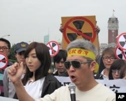 组织者何宗勋(右)与歌手李宓