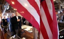 Jon Huntsman récite le serment au drapeau à Laconia, New Hampshire (29 déc. 2011)