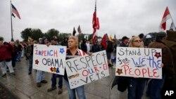 Đám đông giật đổ các rào cản dựng lên tại những đài kỷ niệm bị đóng cửa. Họ mang một số rào cản đến Tòa Bạch Ốc cùng với những biểu ngữ chỉ trích Tổng thống Obama, ngày 13/10/2013.