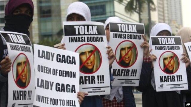 Warga Muslim berunjuk rasa menentang konser Lady Gaga yang akan digelar 3 Juni 2012 di Jakarta, Indonesia (24/5).