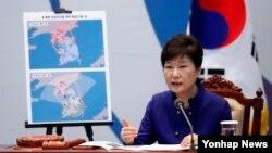 박근혜 한국 대통령이 14일 청와대에서 열린 고고도미사일방어체계, 사드 주한미군 배치 결정과 관련해 국가안전보장회의를 주재하고 있다.