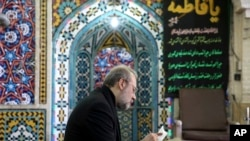 İran parlamentinin spikeri Əli Laricani Qum şəhərində səsvermə məntəqəsndə
