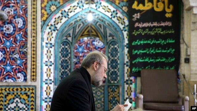 Спикер парламента Ирана Али Лариджани голосует на избирательном участке. Тегеран. 26 февраля 2016 г.