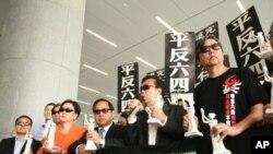 多位香港议员支持动议并戴墨镜声援陈光诚