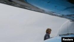 29일 유세가 예정된 뉴햄프셔주로 향하기 위해 뉴욕에서 전용기에 오르고 있는 힐러리 클린턴 미국 민주당 대통령 후보.