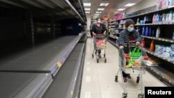 新冠病毒爆发后,恐慌的香港消费者涌入超市抢购厕纸。(2020年2月6日)