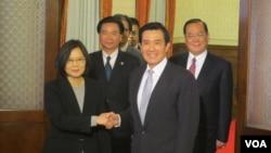 马英九和蔡英文在闭门会议后握手供媒体拍照